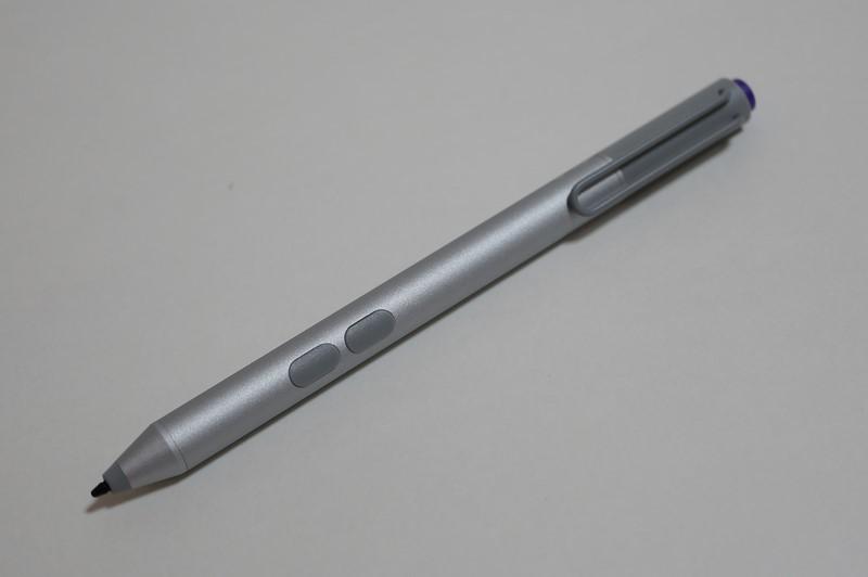 Surfaceペン。このシルバー以外に、ブラック、ブルー、レッドが用意されている。機能的にはSurface Pro 3に同梱されているデジタルスタイラスと同じものだ