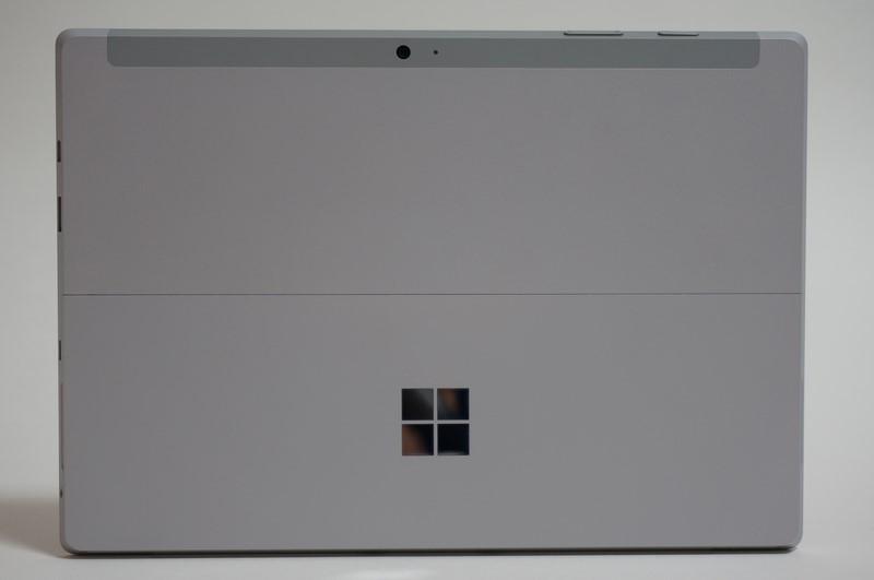 """本体背面。中央上部には800万画素の背面カメラ(オートフォーカス対応)、背面カメラランプが配置。Surface Pro 3はキックスタンドに""""Surface""""のロゴがあったが、Surface 3ではWindowsロゴに変更されている"""