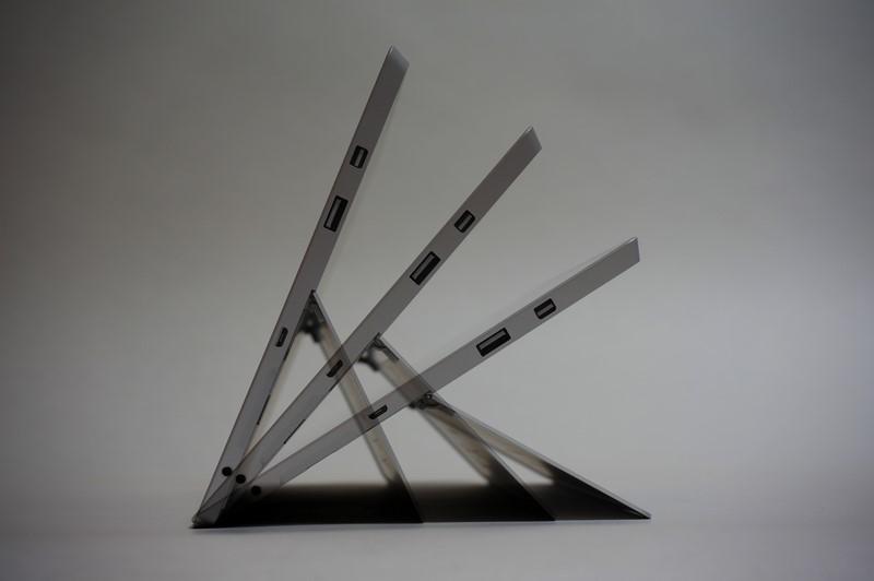 3段階調節式のキックスタンドを採用。設定角度は実測で、31度、48.6度、67.6度