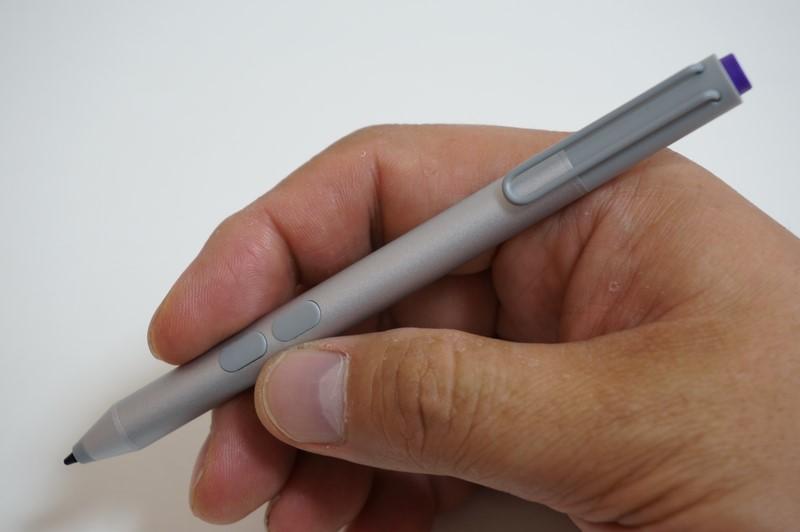 オプションのデジタルスタイラス「Surfaceペン」。左が消しゴムボタン、右が右クリックボタンとして機能する