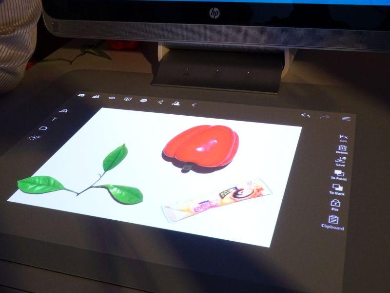 このようにマットの上に撮影したいものを設置し、撮影すると、即座にスキャンできるほか、マット上にプロジェクターで投影できる