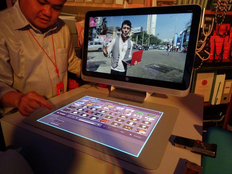 動画編集の場合は、液晶にプレビューを出しながら、マット上で操作ができる