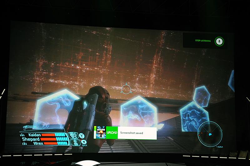 Xbox 360向けのゲームタイトル「MASS EFFECT」を使ったプレイデモ。Xbox Oneのシステムに搭載されているゲーム画面のスクリーンショット機能が使える