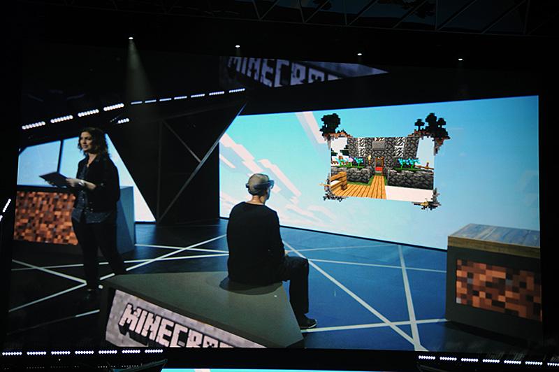(HoloLensの機能を搭載する)特殊なカメラを使って、ユーザーの視界を画面上にも表示してみせる。ユーザーには壁面にディスプレイが見えている