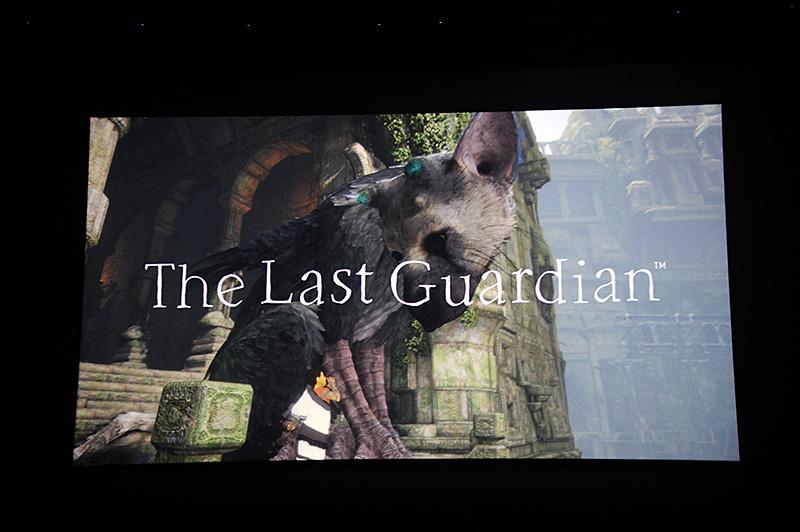 「人喰いの大鷲トリコ」(英語タイトル:The Last Gaurdian)。披露されたプレイ映像は、少年と協力して足場のほとんどないエリアを進んでいくシーンだった。発売は2016年と発表されている。