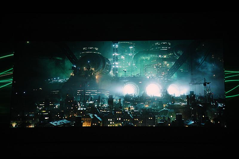 1990年代、任天堂プラットフォームからの移籍でPlaySation(初代)躍進の起爆剤となった「Final Fantasy VII」。何度もリメイクは囁かれてきたがついにPS4で実現する。フィールドや後ろ姿だけで、会場からは大歓声があがっていた。