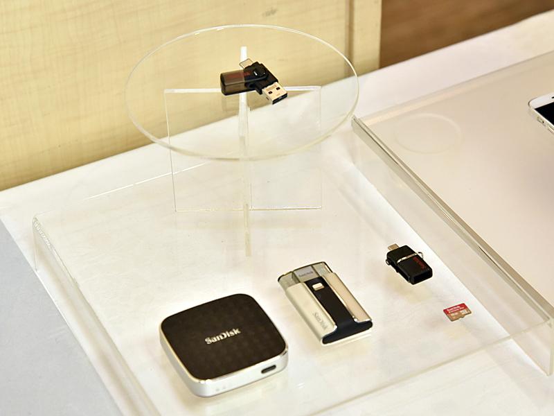 既に発売済みのストレージデバイスも展示。製品の説明も行なわれた