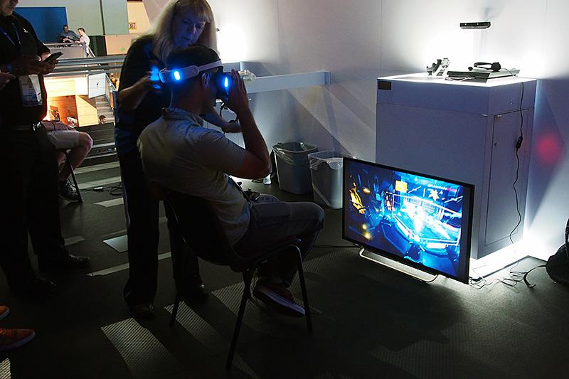 基本的には着席して体験する。介添えするインストラクターが付いてプレイ画面は正面のTVを通して第三者も見ることができる