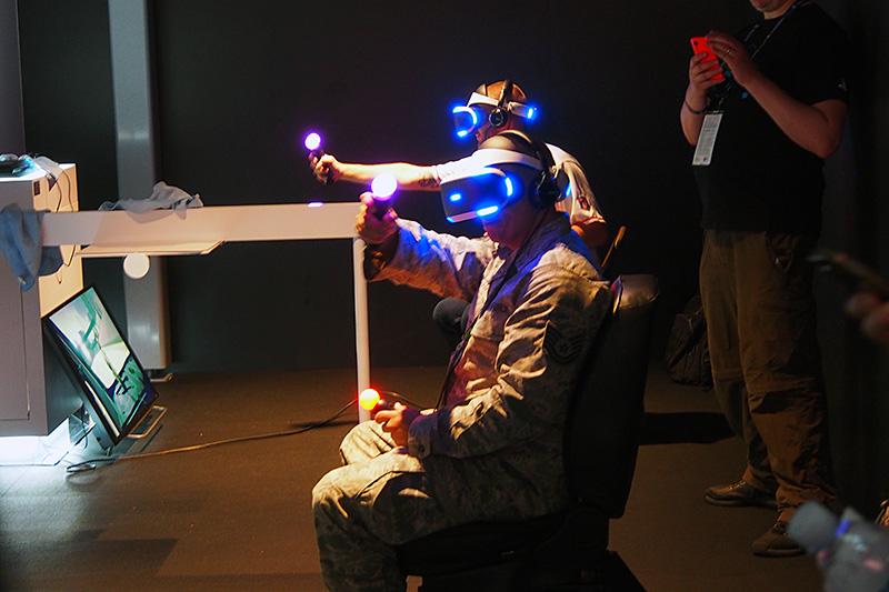 主に利用されているコントローラは「PS Move」。仮想空間ではサイリウムになったり、銃になったり、ハンドルになったりする