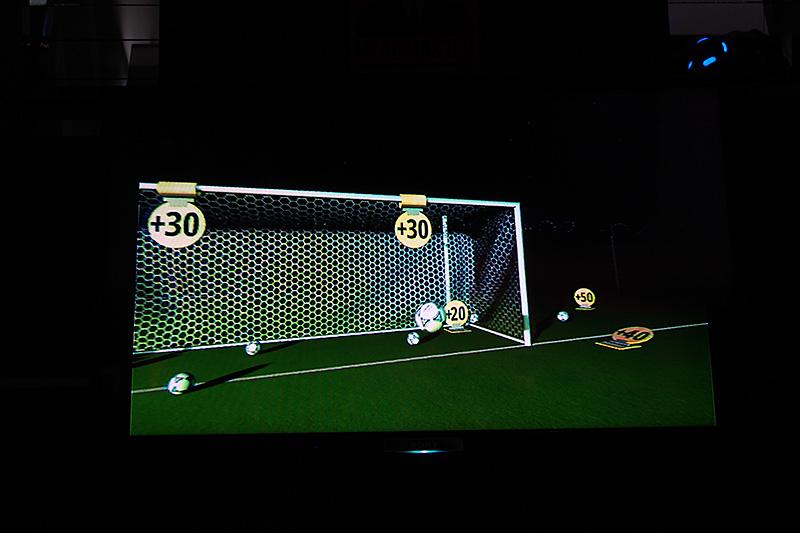 ヘディングのゲームは、立ってプレイする。飛んでくるサッカーボールに頭部をあわせて、シュートする
