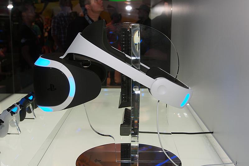 「Project Morpheus」のHMD側面。頭部をトラッキングするためのセンサーは、後頭部にも付いており、真後ろを向いた時にも頭部の位置をトラッキングし続ける