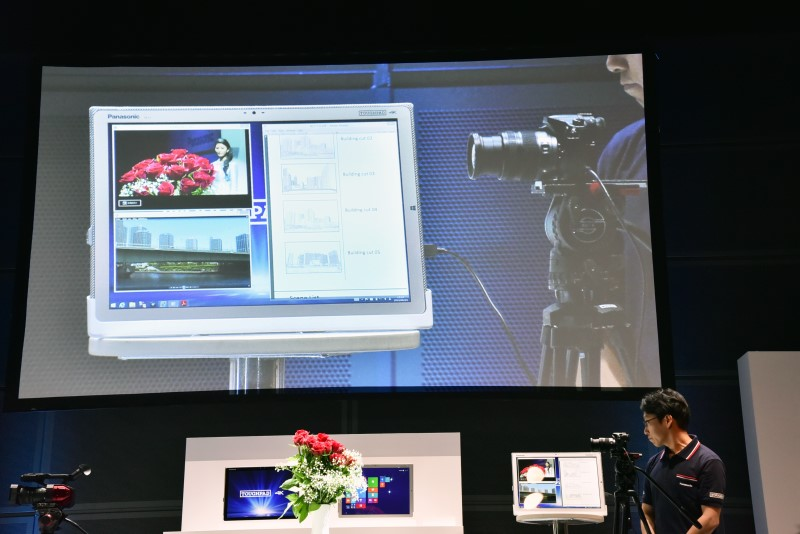 会場で実際にタフパッド 4Kを活用してピント合わせのデモが行なわれた。女性にピントを合わせた後に花にピントを合わせようとしている