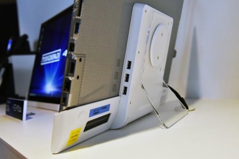オプションのクレードル「UT-VEB5000WU」。USB 3.0ポートを3基備える