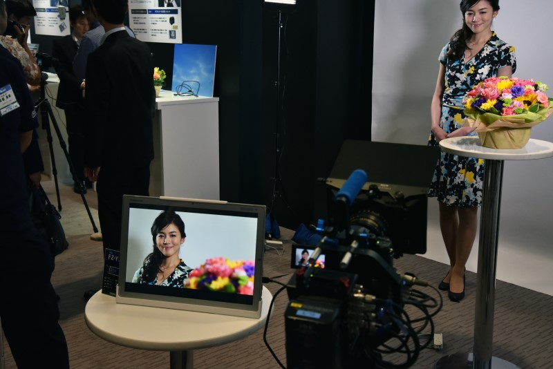 ビデオカメラの映像をタフパッド 4Kに入力し、モデルの女性をリアルタイム表示