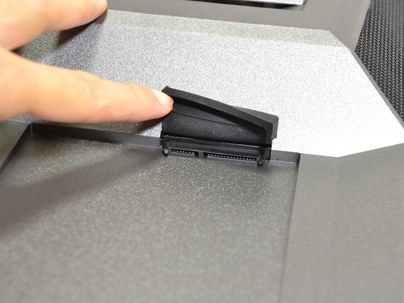 上部手前側にはSATA端子を装備。内蔵HDDなどを一時的に装着できる