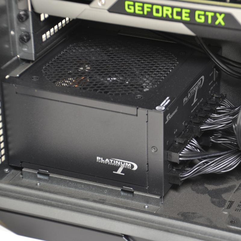 電源はプラグイン式の「SS-860XP2」。奥にスイッチがあり、準ファンレス駆動も可能