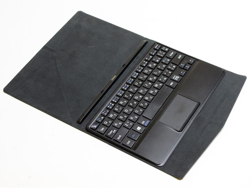 カバー兼キーボード。日本語64キーのアイソレーションタイプだ。タッチパッドは1枚プレート