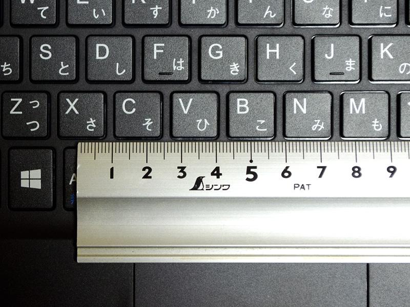 キーピッチは実測で約18mm。「む」キーのみ狭くなっているが、ほぼ均一のキーピッチで扱いやすい
