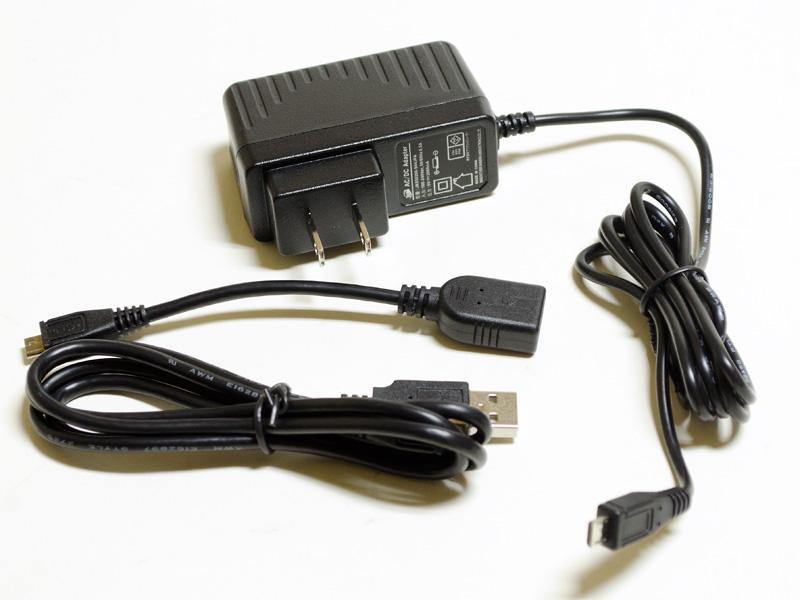 付属のACアダプタなど。アダプタは約70×40×30mm(突起部含まず)/94gで5V/2,000mA出力。Micro USBケーブル、Micro USB/USB変換ケーブル