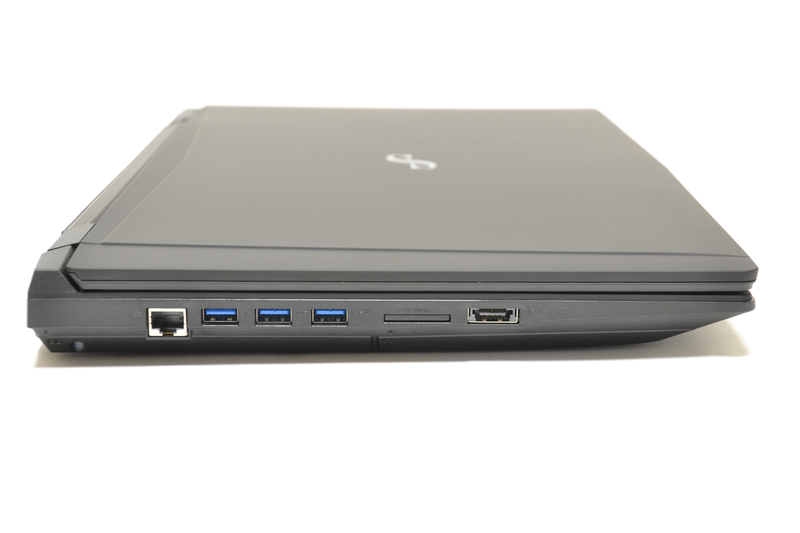 左側面はGigabit Ethernet、USB 3.0×3、SDカードスロット、eSATA