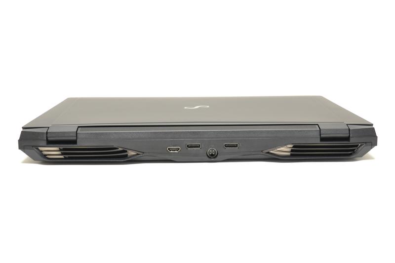 背面はHDMIとDisplayPort 1.2×2、電源コネクタ。左右にファンがある