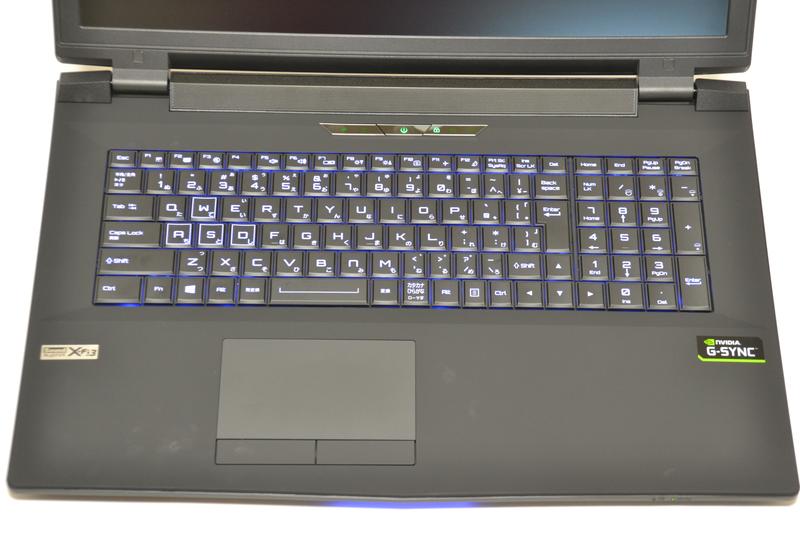キーボードはバックライトあり、テンキー付き。一部のキーは縦長の形状で、やや詰め込み感がある
