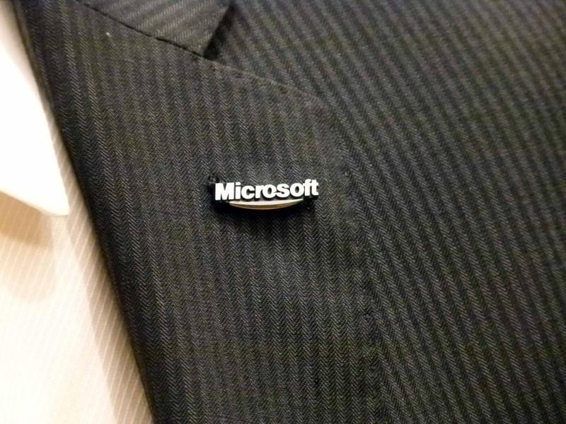 日本マイクロソフト創業以来初となる「社章」を作ったのも樋口氏のアイデアが発端だった。2011年10月25日から社員に配布し、新たなロゴに変更された今も社員は、社章を着用している。これは米本社にもなく、日本だけで製作したオリジナルのもので、来日したマイクロソフトのVIPたちもこれを着用して、会見に臨んでいた。特にお気に入りだったのが、ケビン・ターナーCOO。米本社サイトの役員紹介に使用している写真では唯一、この社章を着用している。実は、樋口氏は、ここでもフライング。2011年2月の社名変更、新オフィス移転の会見では密かに着用していた。この時はまだ試作品で社内には1つしかない状況だったと言う。社章を作った理由を樋口氏は、「信頼され尊敬される企業として、部門を超えた、1つのエンティティとしての一体感を醸成していきたいと考え、その証として製作した。社員には自覚と誇りを持って社章を着用して欲しい」と語っていた