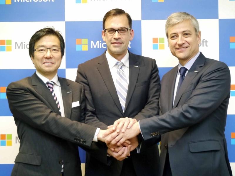 2015年3月、平野拓也氏の社長就任とともに、自らが代表執行役会長に就任することを発表。日本マイクロソフトの会長職はしばらく空席であり、初代社長を務めた古川享氏が、2000年に会長を退いて以来15年ぶりの復活となる。「昨年(2014年)、米MicrosoftのCEOにサティア・ナデラが就任し、変革をさらに急ピッチで進めている中で、日本マイクロソフトもリーダーをリフレッシュし、世代交代を進め、さらに変革を進めていくタイミングにあると感じた」と樋口氏。さらに、「社名を日本マイクロソフトに変えてから、ちょうど5年目。また、日本マイクロソフトが創業してから30年目を迎える節目になる。そうした記念すべき年に新たなリーダーにバトンタッチできるのはいい形だ」とも語った