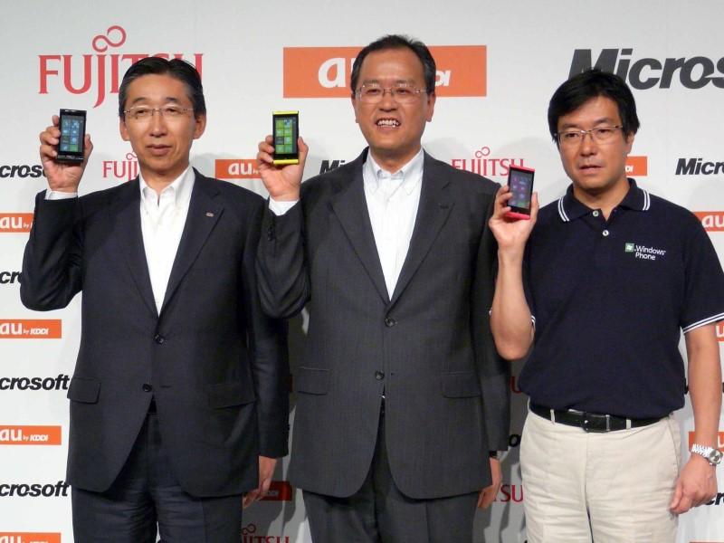 2011年7月、日本マイクロソフトとKDDI、富士通は、Windows Phone 7.5を搭載した「Windows Phone IS12T」を発表した。開発コードネーム「Mango」と呼ばれたWindows Phone 7.5は、Windows MobileからWindows Phoneへとリブランディングした最初のOSであり、その後のWindows 8へと続く、タイル型のインターフェイスが注目を集めた。「この一歩を成功させないと次がない」と樋口社長は不退転の覚悟を示したが、結果は、この1機種で終了。その後ずっとWindows Phoneの投入は見送られている。Windows Phone 7.5搭載スマートフォンは、日本が最初に発売された国となったが、その後最新版が出なかったことから、樋口氏が仕事で利用するスマートフォンは、今年春までの4年近くの間、これを使い続けることになった。ユーザーとして、Windows Phoneの次期モデル登場を最も望んでいたのは樋口氏自身かもしれない