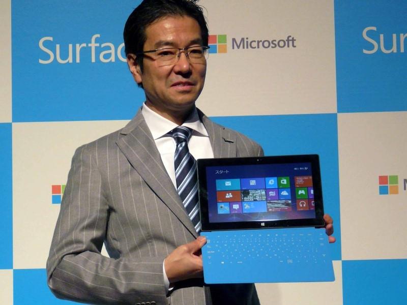 2013年3月に発売となったSurface RT。マイクロソフトブランド初のWindowsデバイスの登場の狙いについて樋口氏は、「Surface RTの投入は、Windowsのタブレット市場全体を盛り上げるのが目的。Windows陣営の中で他社のシェアを奪うのではなく、非Windows陣営のシェアを奪うのが目的である」と位置付けた。この時、Surface RTはわずか4モデルの展開であること、1,000店舗に限定した販売であることなどを強調し、国内PCメーカーのWindows搭載PCの事業への影響は限定的であることを訴えてみせた