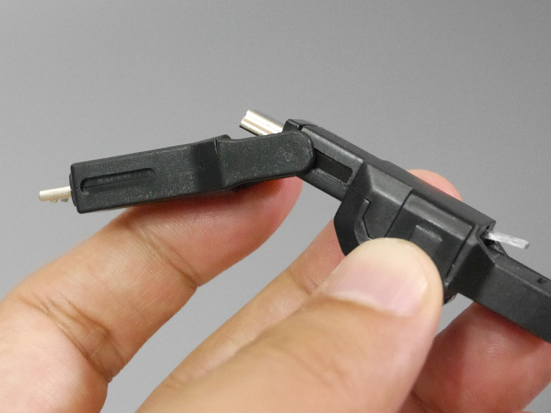 側面から見たところ。先端のMicro-Bコネクタにもスライドレールがある。新しい規格が登場すればコネクタを追加できるようにしてあるのだろう
