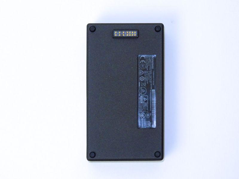裏表両面に磁石が仕込まれており、近づけるとぴたっとくっつく。また電源と一部の信号用の接点がある