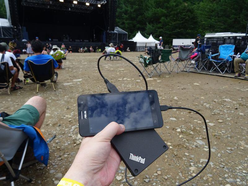長時間屋外にいる時、モバイルバッテリは必須アイテム。スマートフォンはもちろんカメラの充電にも使える