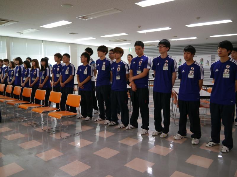 参加者の作業をサポートした社員たち。サッカー日本代表のユニフォームで参加