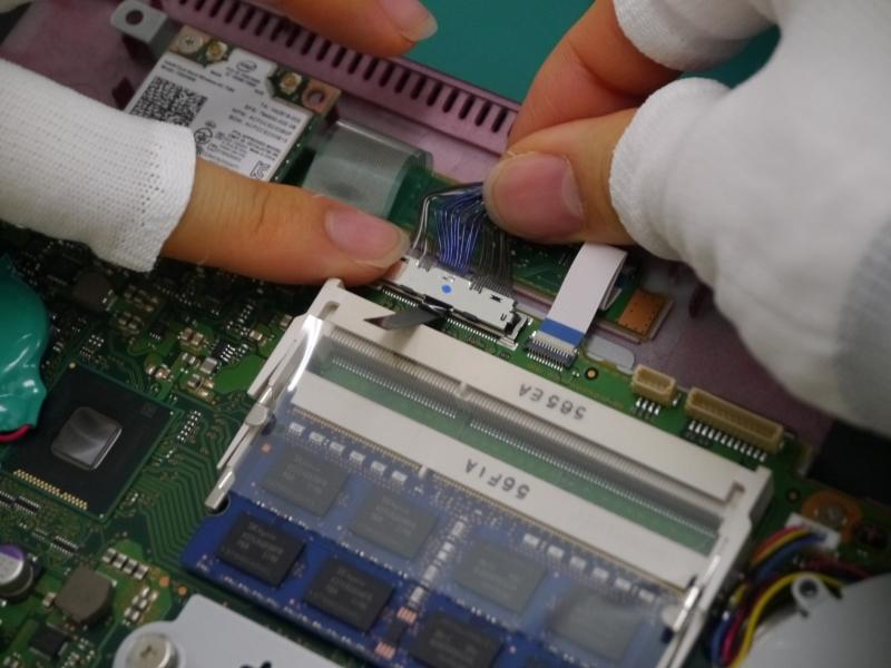 液晶ケーブルの接続。カチッというまで押し込む。さらにケーブルの配線も整える