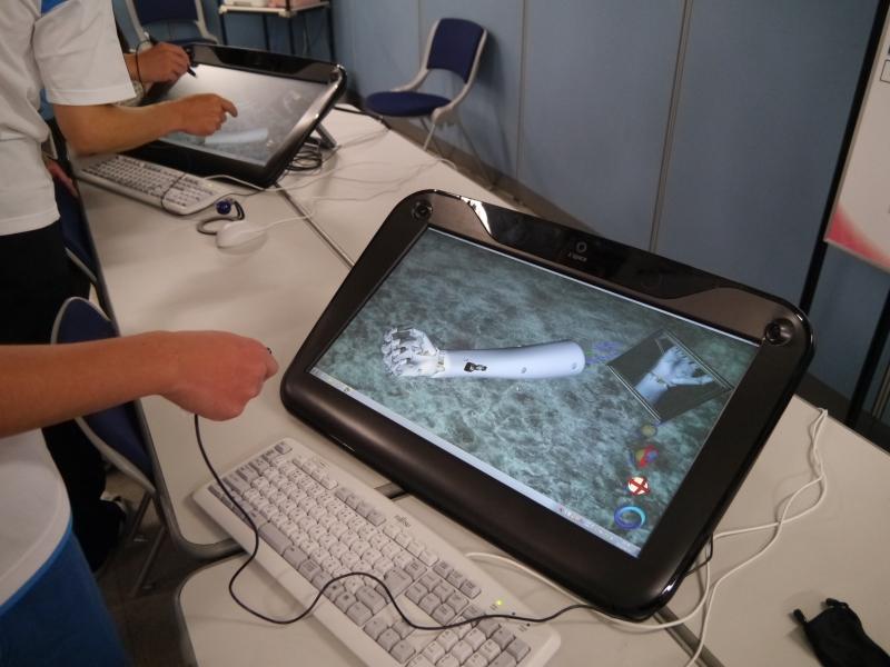 富士通が開発した3Dホログラムディスプレイ「zSpace」を活用