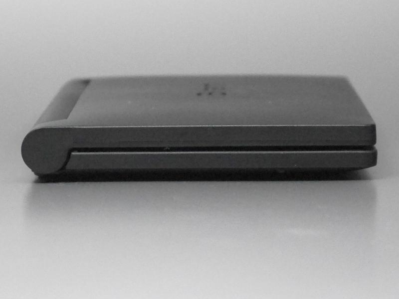 左側面。とくにコネクタ類はない。イヤフォン端子を搭載しないのは1つの特徴