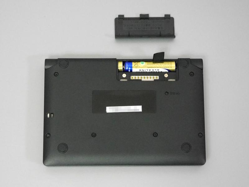 電池蓋を開けたところ。単4形電池2本で駆動する