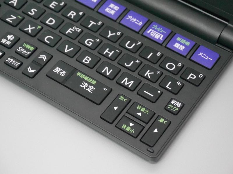 最近のスタンダードサイズのモデルにも言えるのだが、かつて上下左右キーの真ん中にあった決定キーがキーボード中央下段に移ったのも、片手で主要操作が完結しないという意味ではマイナスというのが筆者の評価である