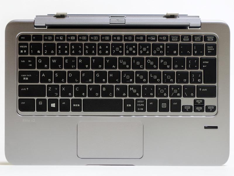 パワーキーボードはJIS標準準拠87キーで10キー無しのアイソレーションタイプ。3段階のバックライト付き。右側に指紋認証センサーがある。タッチパッドは1枚プレート