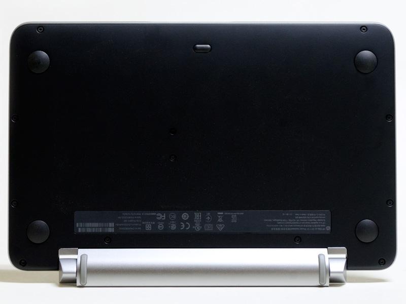 パワーキーボード(裏)。バッテリなどにアクセスできるパネルはない