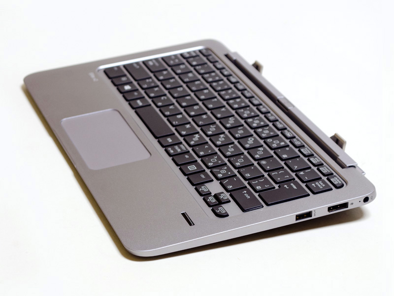 パワーキーボード右側面。電源入力、DisplayPort、USB 3.0(Powered USB)