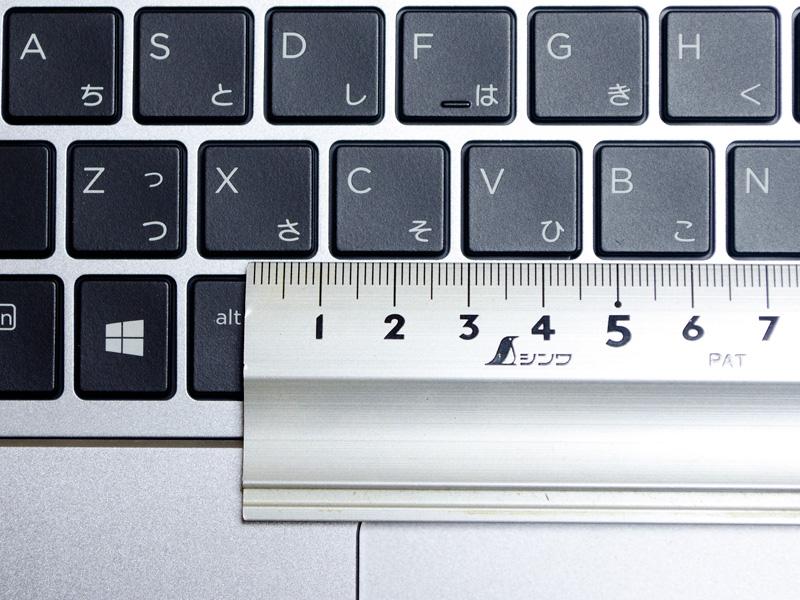 キーピッチは実測で約19mm。仕様上はキーピッチ:18.7×18.7mm、キーストローク:1.5~1.7mm