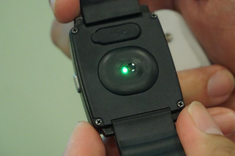 HOLUXのスマートウォッチとなるImpulse8100、装着していると心拍数などを測ることができ、活動量計としても利用できる。スマートフォンにインストールしたアプリと連携して利用できる