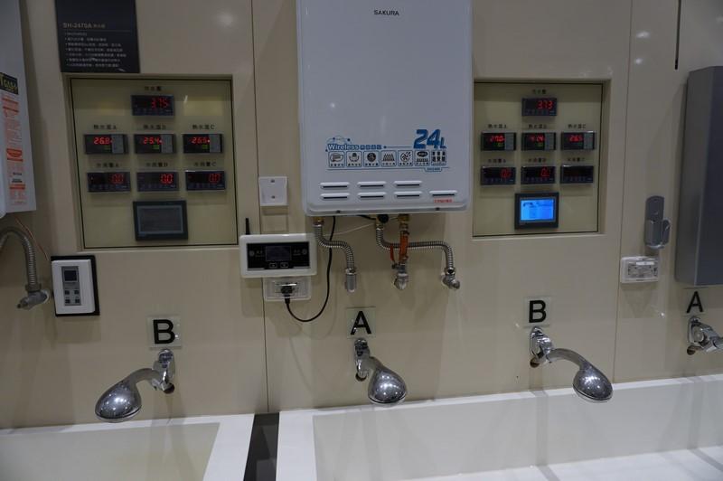 台湾サクラのガス給湯器にはデジタルの温度センサーが入っており、それぞれの温度をモニタリングできるようになっている。これが将来はIoT化され、ネット経由でモニタリングしたりスマートフォンから調節できるようになる