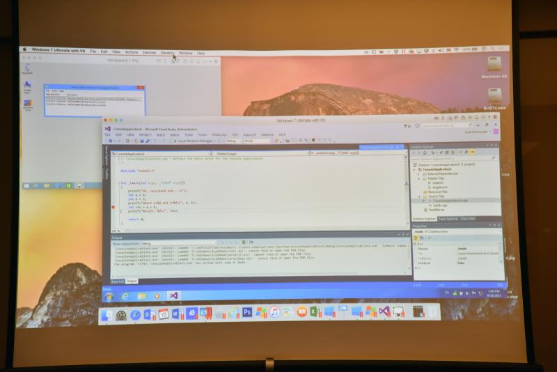 画面左上がWindows 8.1 Proの画面で、Windows 8.1 Pro上に動作確認用のログが表示されている