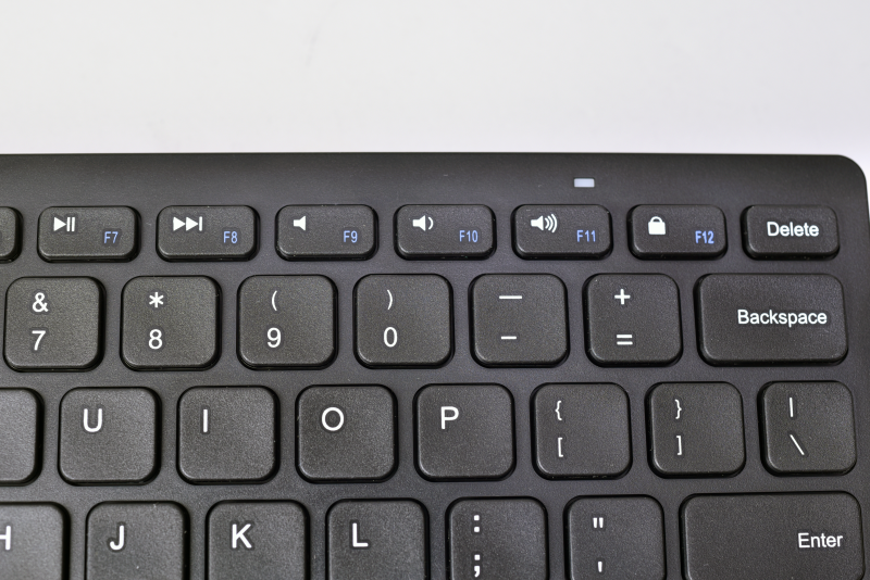 F1~F12までのキーには各OS用のショートカットキー機能を割り当てられている。F1~F12を使うには「Fn」キーと一緒に押す必要がある。