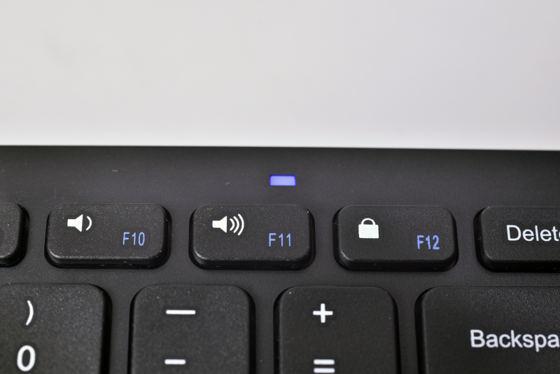 青く光る通知用のLEDを内蔵しており、電源投入時はしばらく点灯し、ペアリング中には点滅して動作状況を知らせてくれる