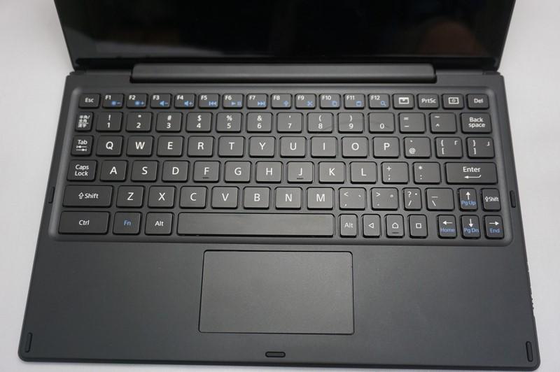 Xperia Z4 Tabletのキーボード。日本語配列だが、キートップにカナ文字は書かれていない。タッチパッドも用意されている