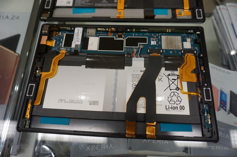 Xperia Z4 Tabletではスピーカーの位置も上部に移動するなど、細かな改善が多数されている